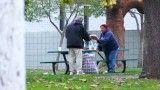 En qué usa el dinero un hombre sin hogar